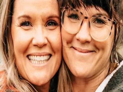 Leslie Davis (left) with her twin sister Lindsay Lamb